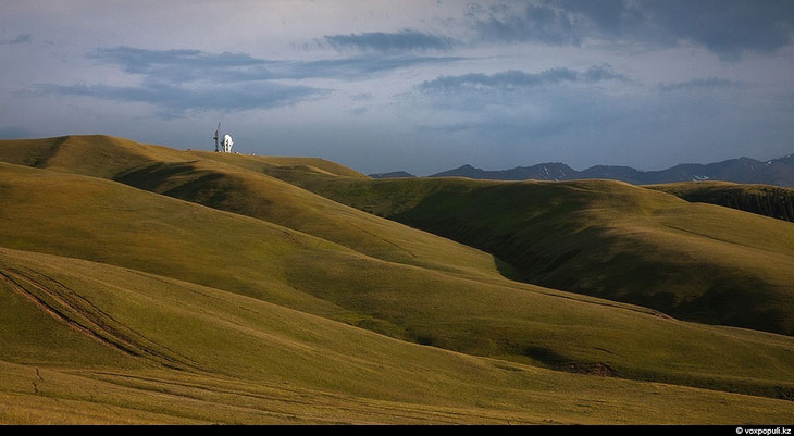 Вид с перевала Кызыл-Ауз. Иногда, особенно после дождя, прозрачность воздуха поражает — кажется, что