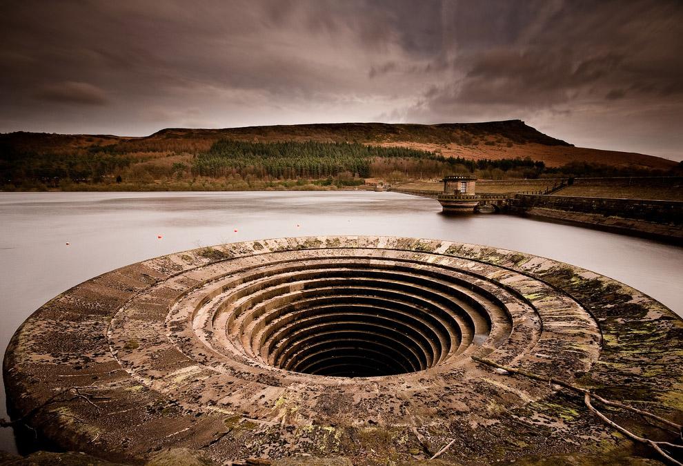 Мистические дыры в водохранилище, засасывающие в себя все в округе. (Фото Vaidotas Miseikis):