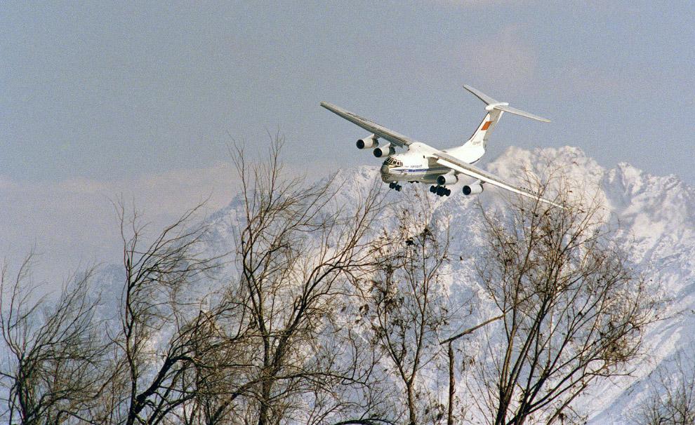 21. Наш самолет, автомобили и гильзы на авиабазе в Кабуле, 23 января 1989. (Фото AP Photo | Liu Heun