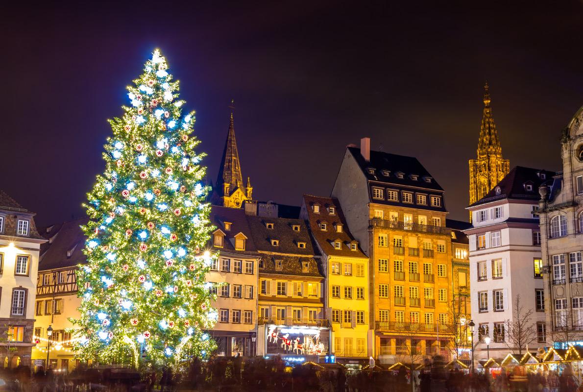 Страсбург — столица Рождества , и здешняя праздничная ель — одна из самых больших и красивых в Европ