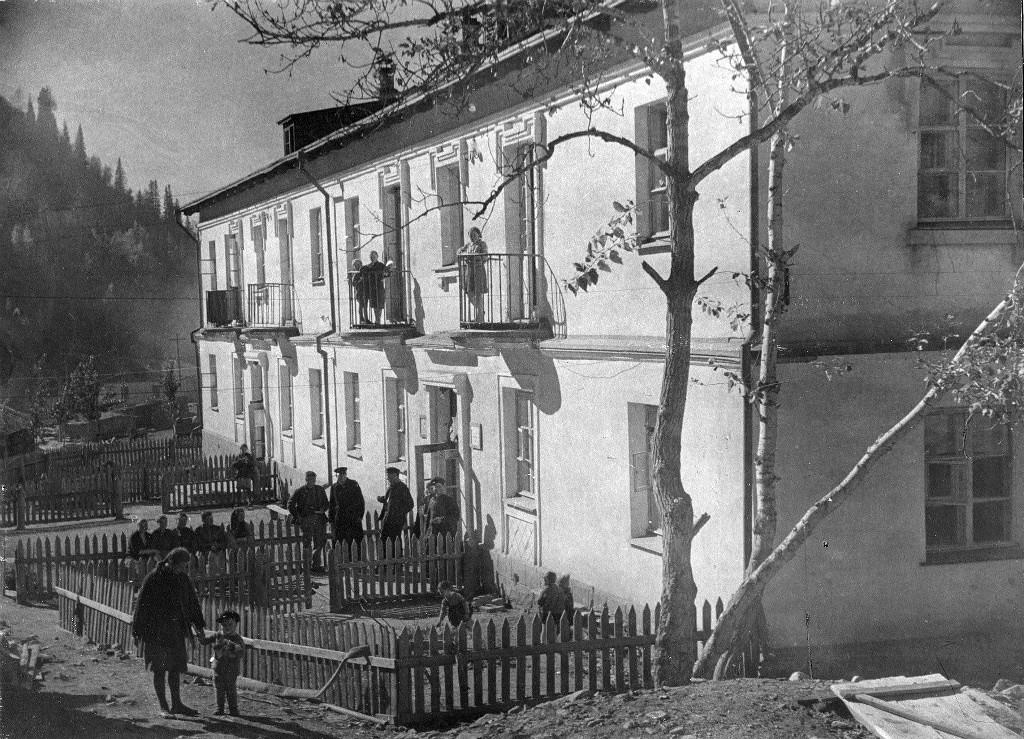Дом ВГСО на улице Рудничной. (альбом ТСЦК 1939-1945 годы)..jpg
