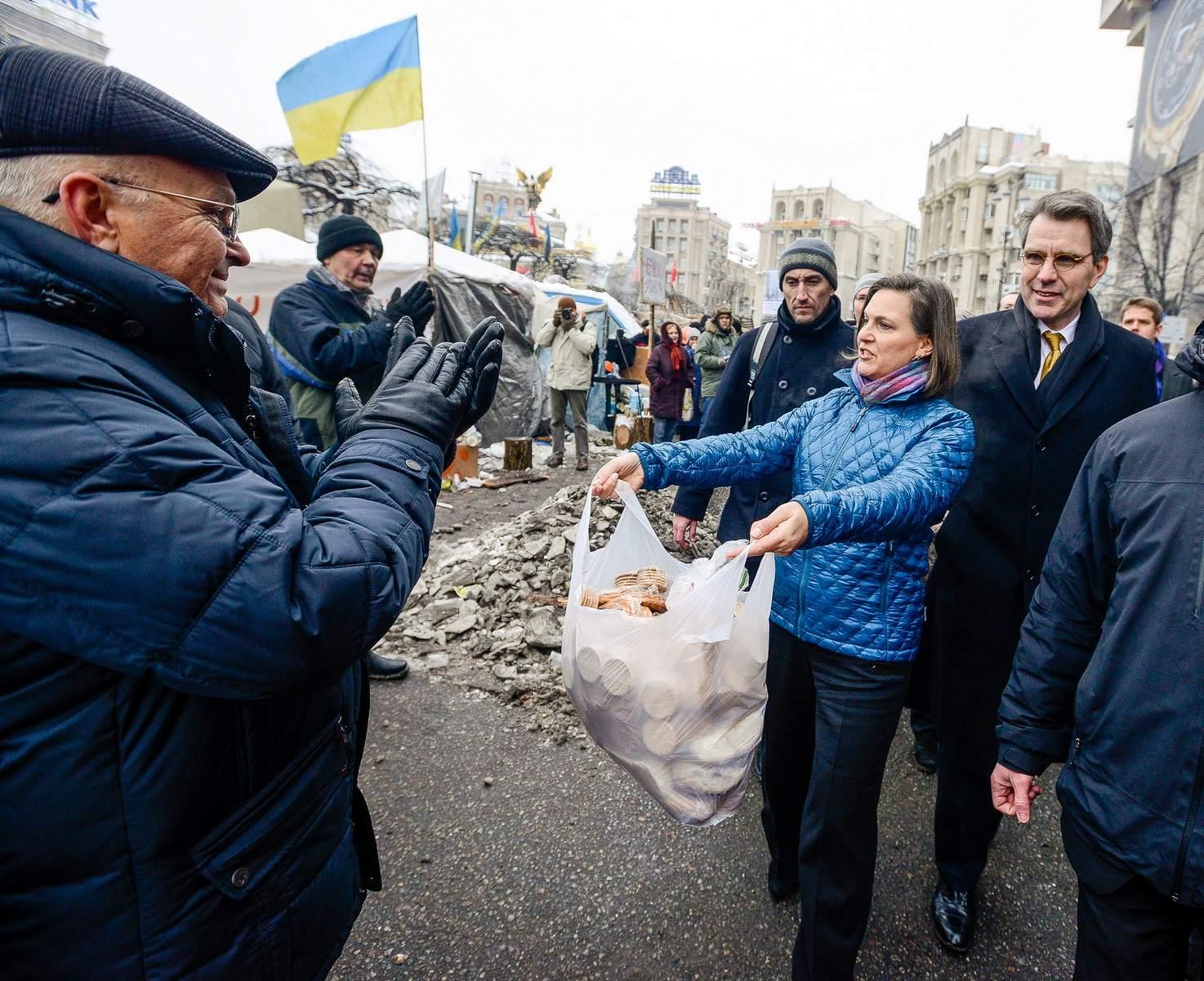 Зам. госсекретаря США Виктория Нуланд и посол США на Украине Джефри Пайетт. Киев. Майдан. 10.12.2013/ Фото: https://skaramanga-1972.livejournal.com/636024.html?view=comments