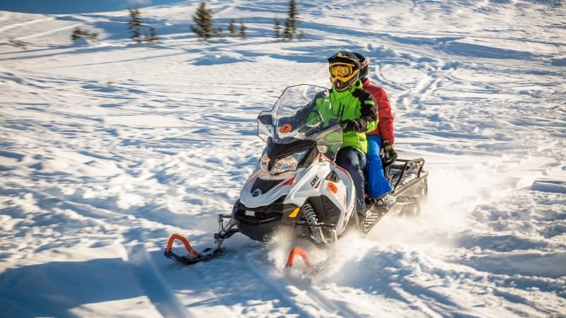 Управление снегоходом по накатанной трассе