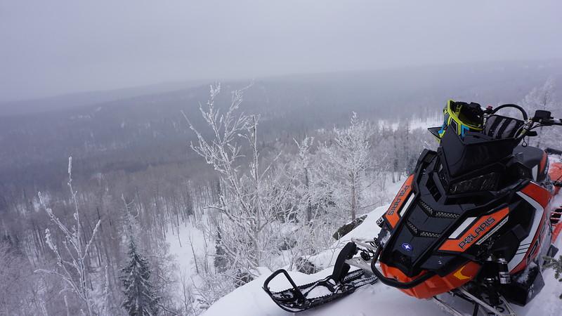 Управление снегоходом при спуске с горы