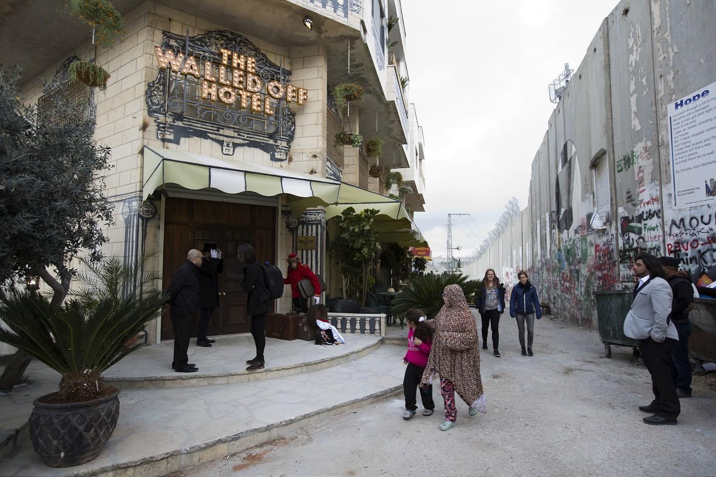 Banksy abre hotel na Cisjordania (12 pics)