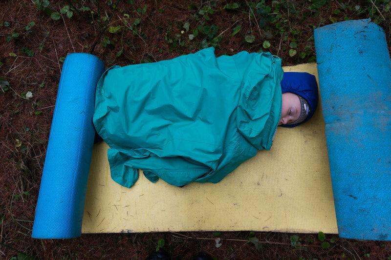 ребенок спит в пешем походе с палаткой в лес в ноябре