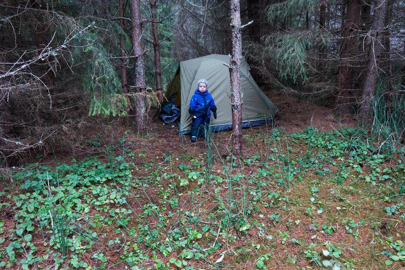 ребенок у палатки в пешем походе в лес в ноябре