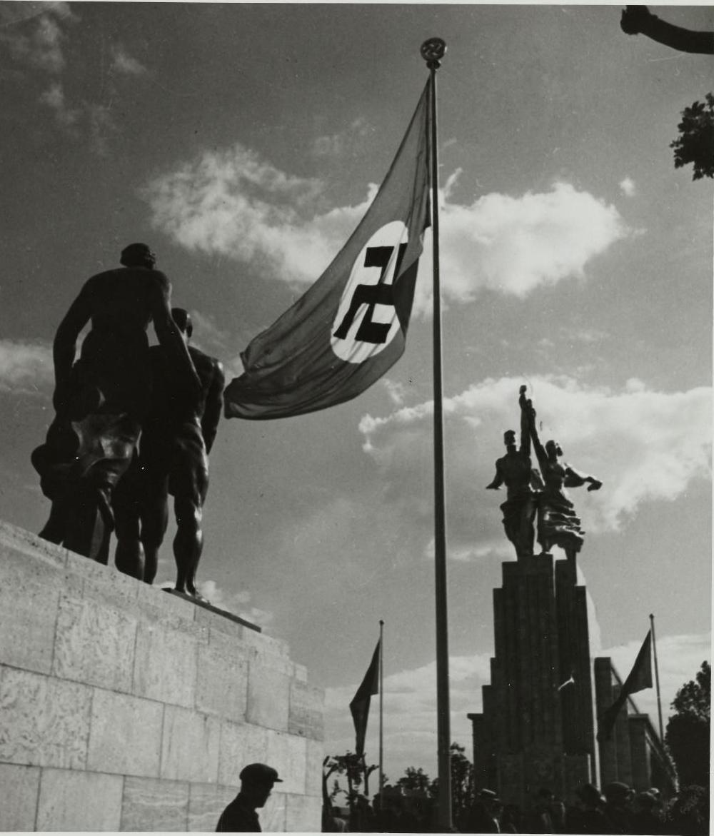 Скульптуры германского и советского павильонов
