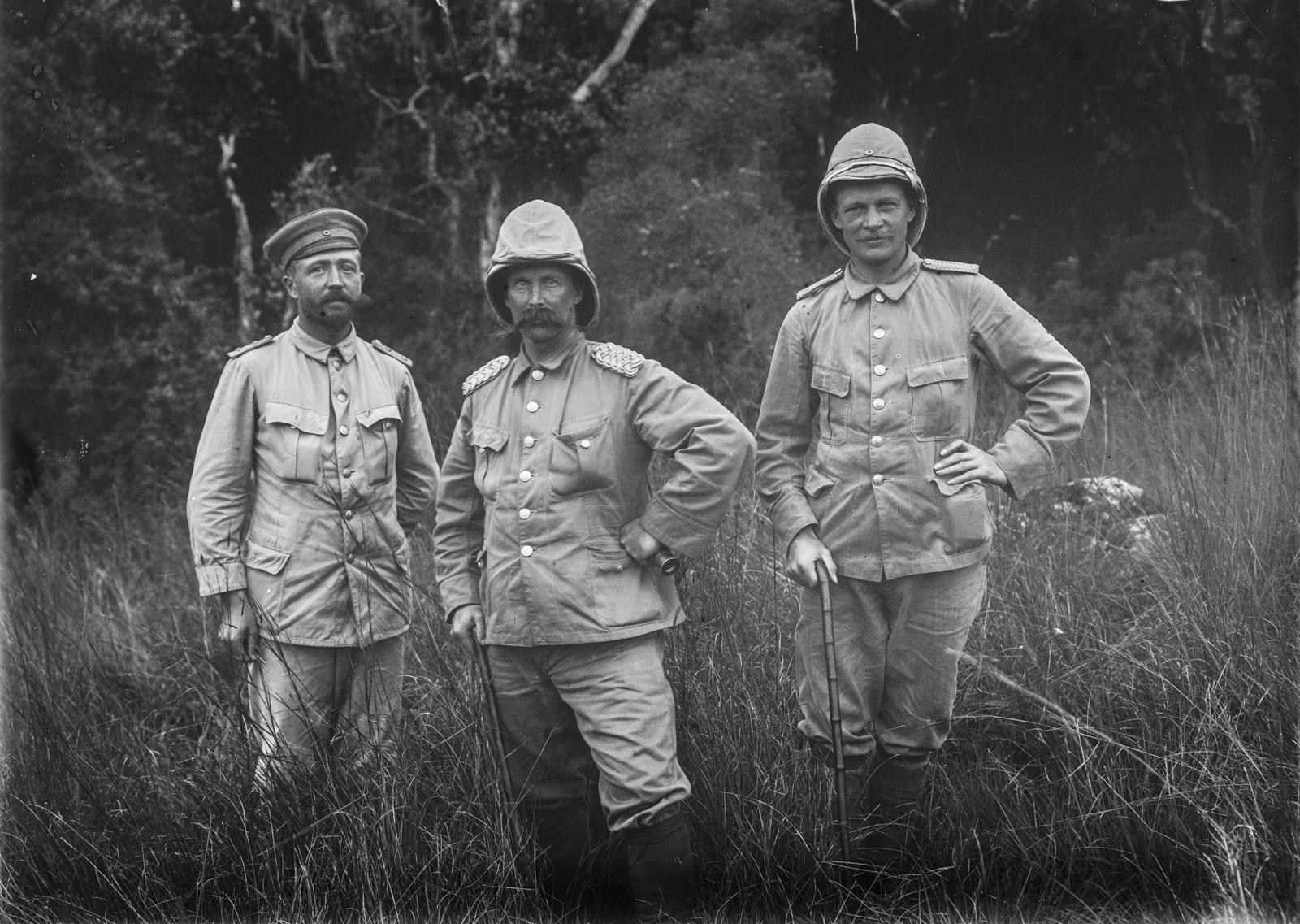 75. Групповой портрет капитана Курта Йоханнеса (слева), графа Ганса Г*еррмана фон Швайниц (справа) и еще одного человека