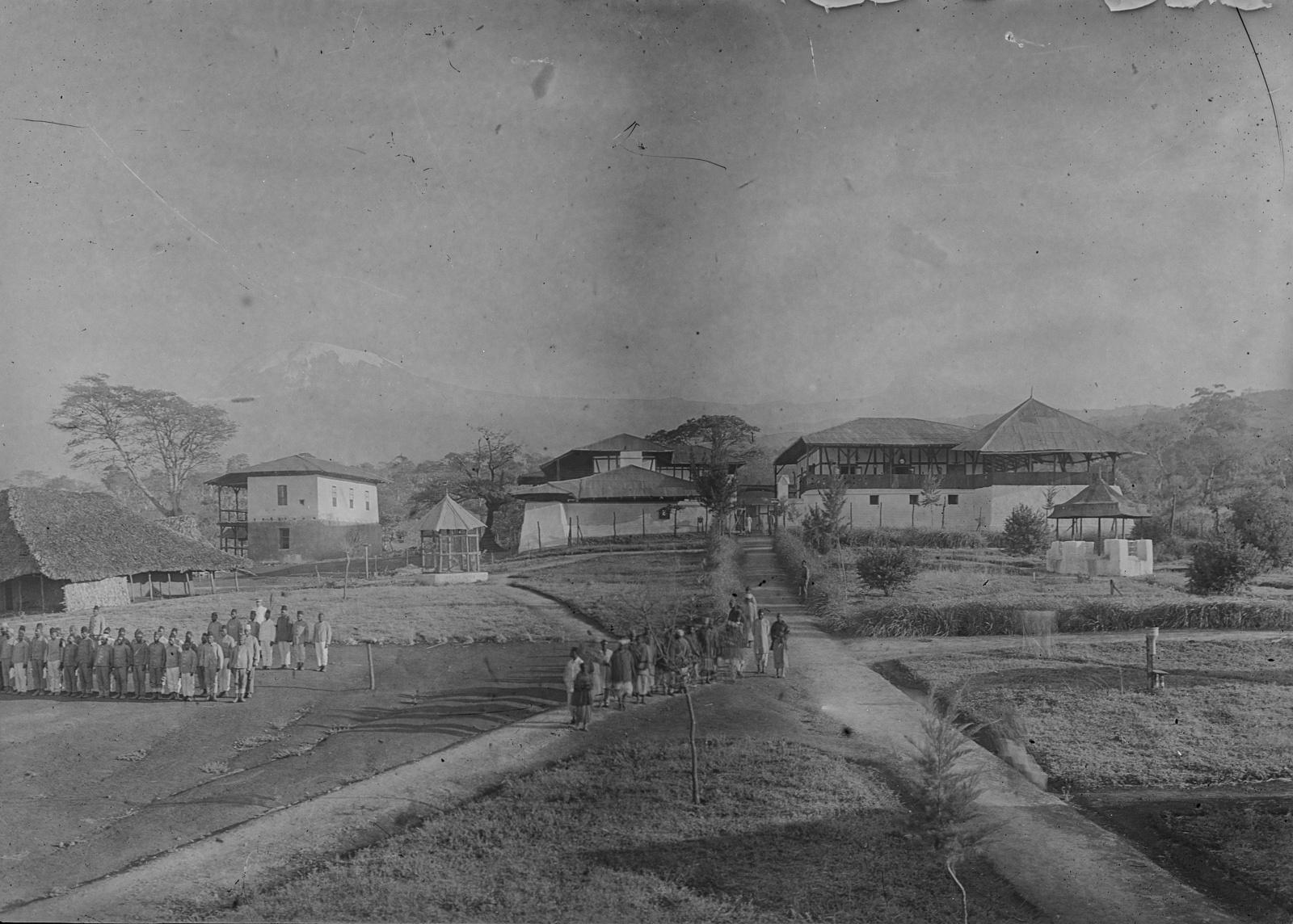 116. Станция немецкого общества Восточной Африки (ДОАГ) в Моши. Солдаты немецких колониальных войск выполняют упражнения