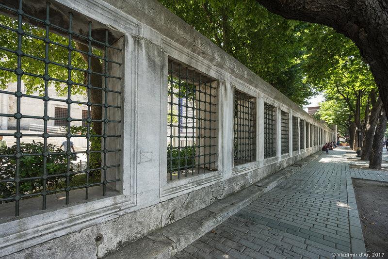 Ограда мечети Султанахмет. Остатки восточных трибун Ипподрома.