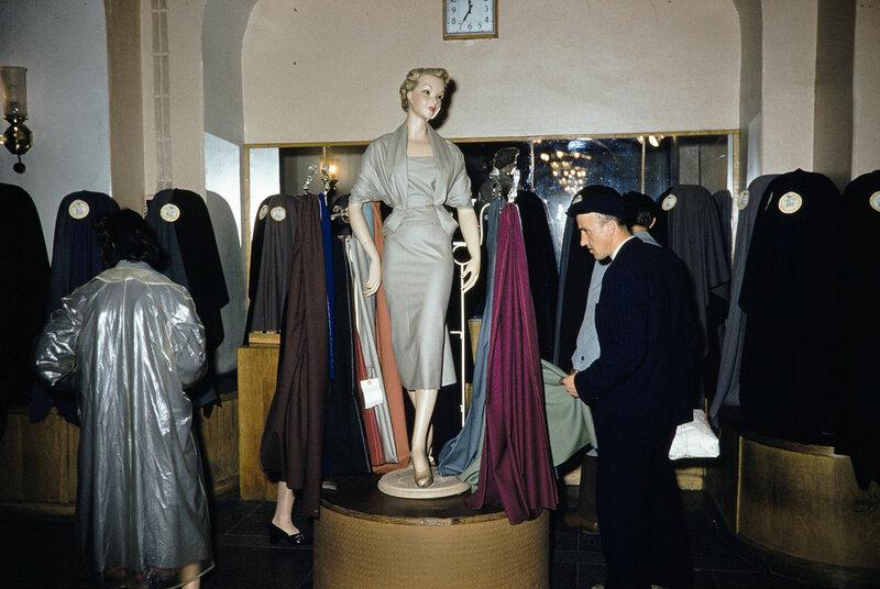 1959 Одежда в Москве. Harrison Forman7.jpg
