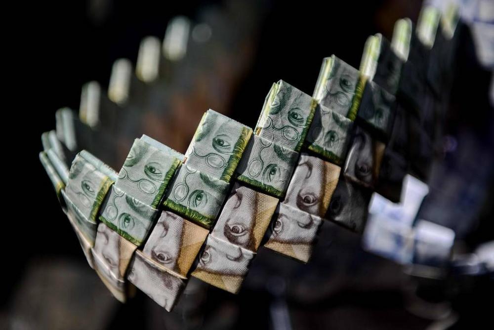 Валюта Венесуэлы обесценилась на столько, что из нее плетут поделки и продают