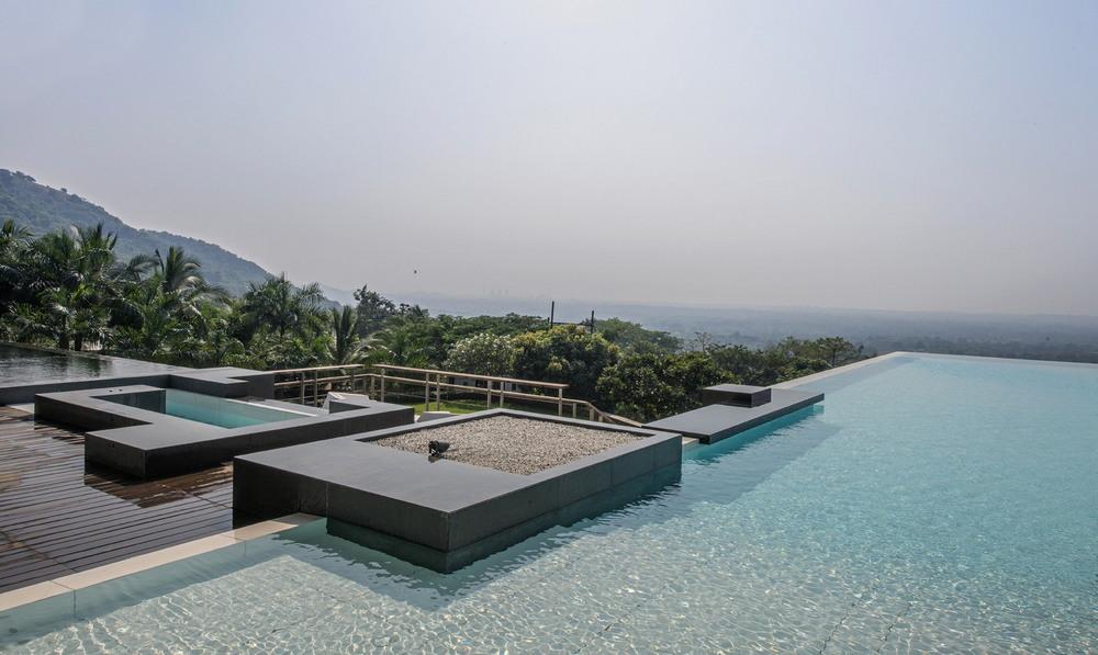 Вилла с бассейном на крыше в Индии двумя, джакузи, террасе, устроен, чёрный, бассейн, струи, стекают, фактурной, каменной, стене, Между, бассейнами, размещено, модернистский, бассейну, Название, Аурелия, Aurelia, HouseРасположение