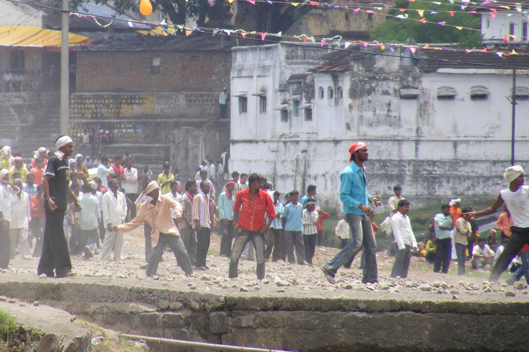 На фестивале метания камней в Индии пострадало почти 500 человек (5 фото)