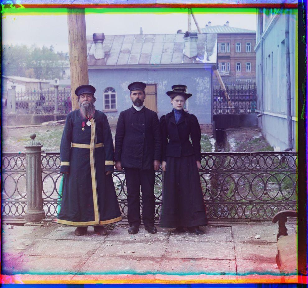 13. Городской служащий А.П. Калганов позирует для портрета с сыном и внучкой, город Златоуст.