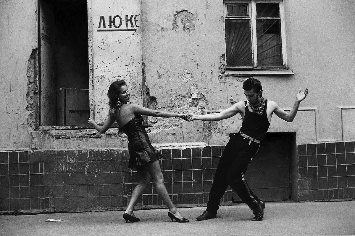 2. Танцы возле кафе «Маргарита» на Патриарших, странным образом работающего до сих пор. Патрики в 19