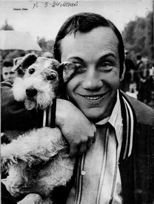 Савелий Краморов держит на руках свою собаку.    Владимир Высоцкий и Марина Влади