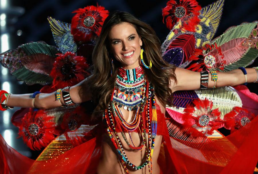 После шоу 36-летняя модель Алессандра Амбросио заявила, что спустя 17 лет сотрудничества прекращает