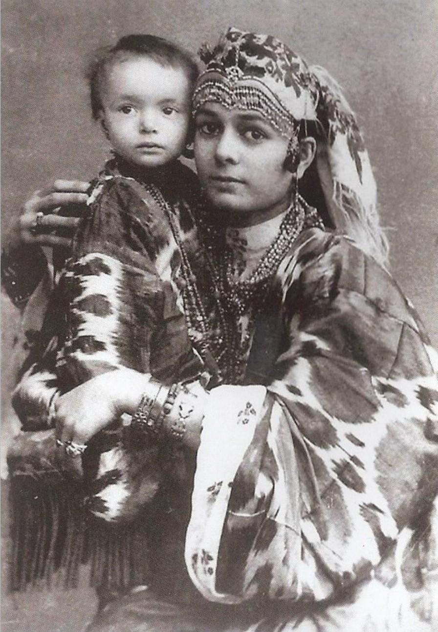 Зажиточная женщина с ребенком