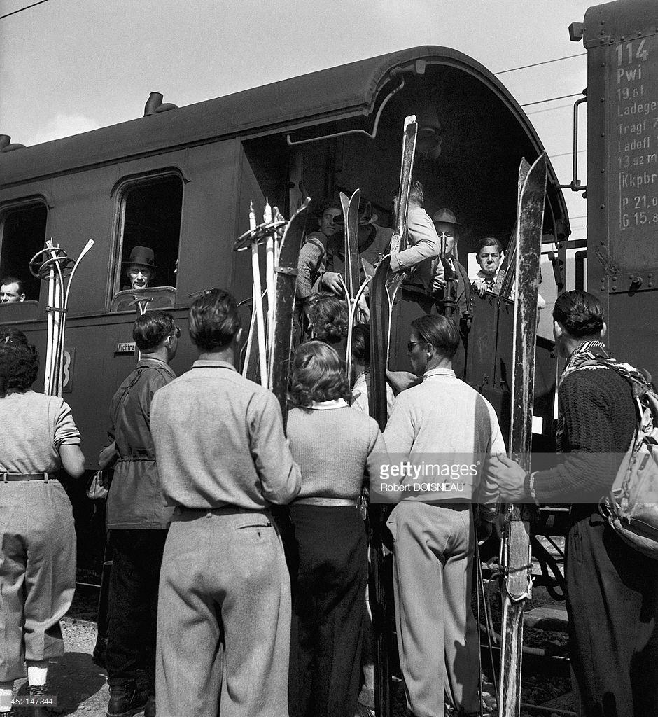 1946. Люди садятся на поезд со своими лыжами в Тироле, Австрия
