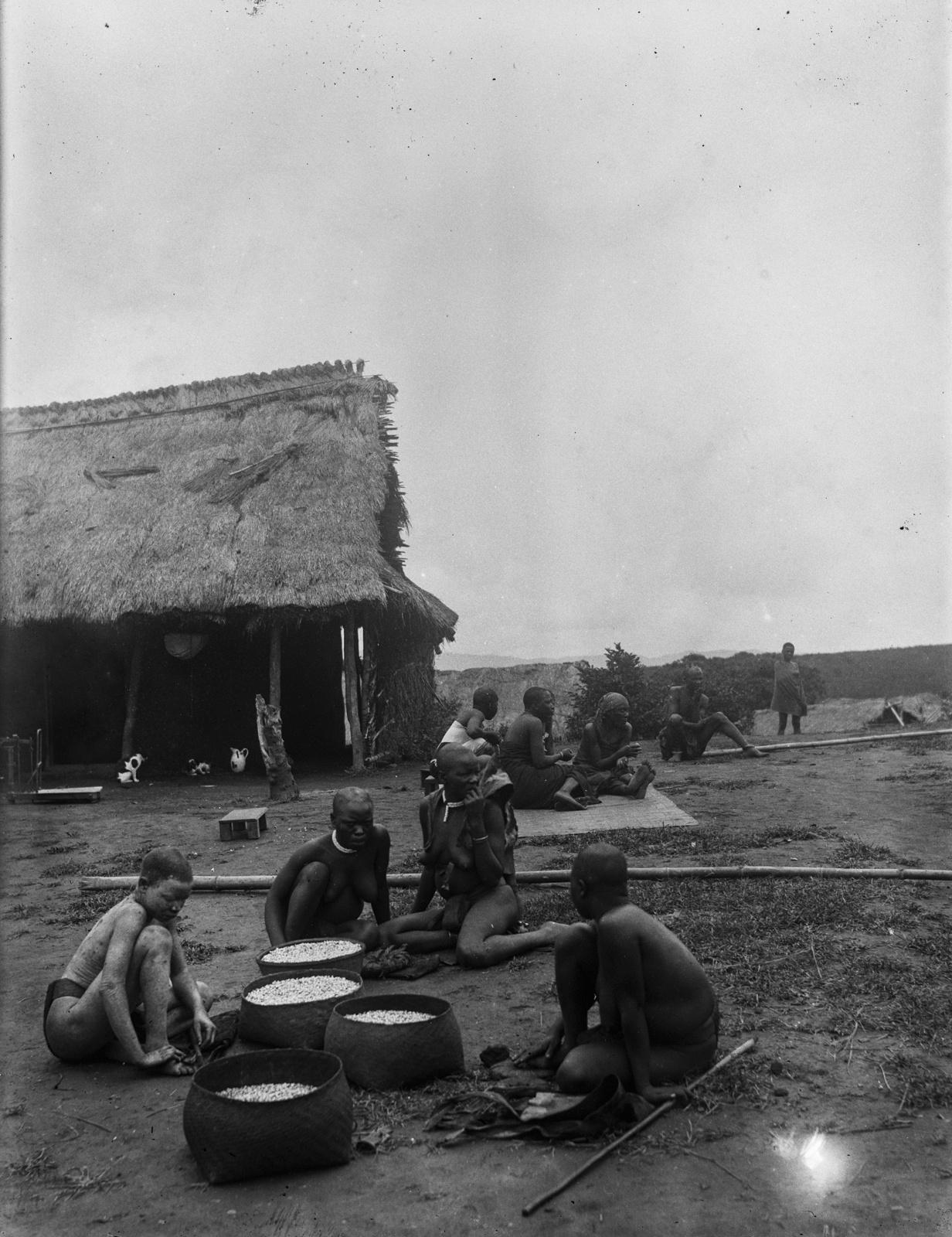 102. Группа коренных жителей деревни Текуя. Одна из женщин альбинос
