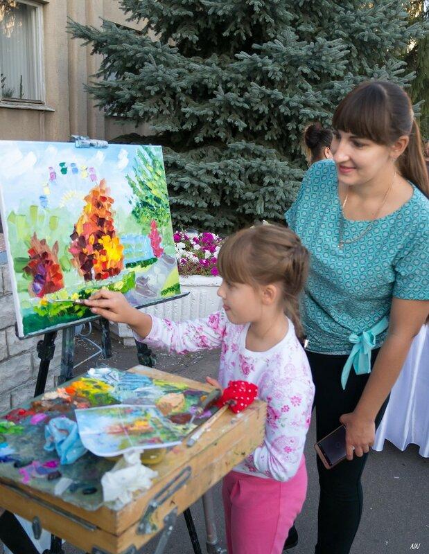 """На День города россошанцы нарисовали совместную картину """"Осень в парке""""."""