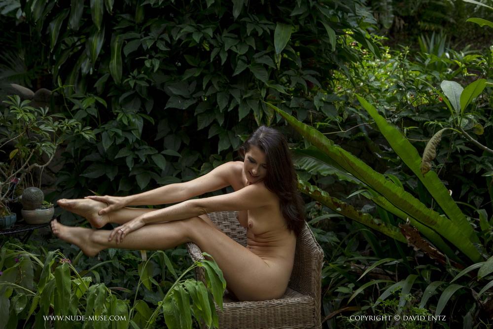 Голая Kathleen в саду