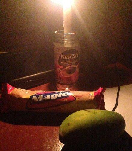 Свеча, сырное печенье, зелёное манго