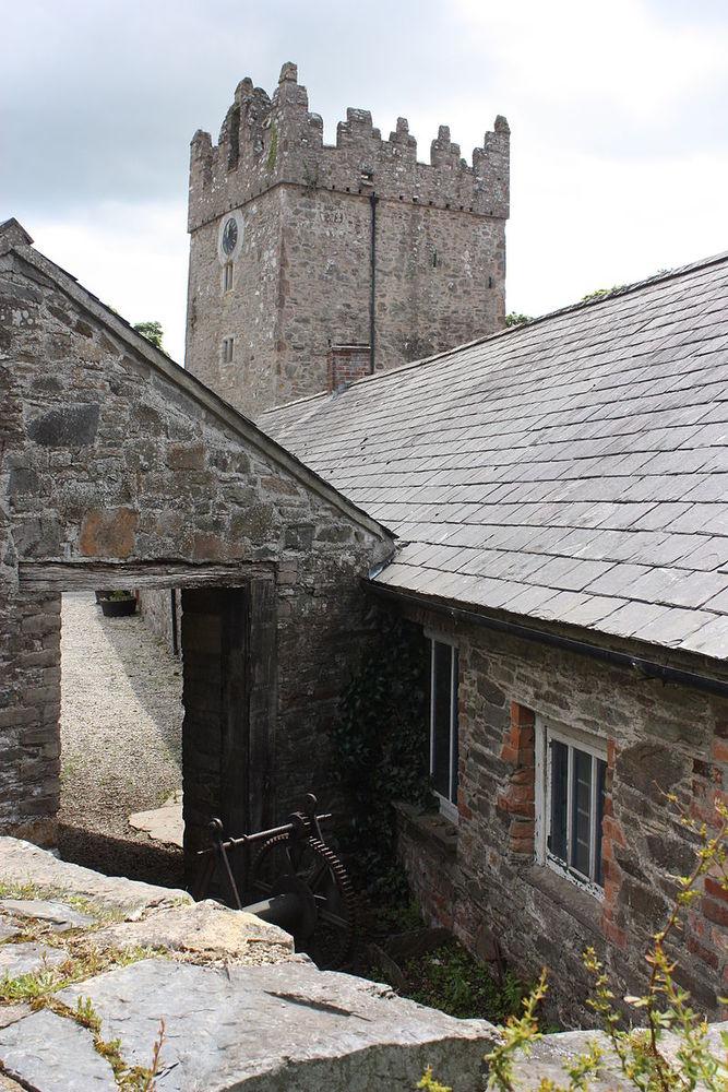 Двор замка в сериале превратился в Винтерфелл — крепость семейства Старков и место съемки большей ча