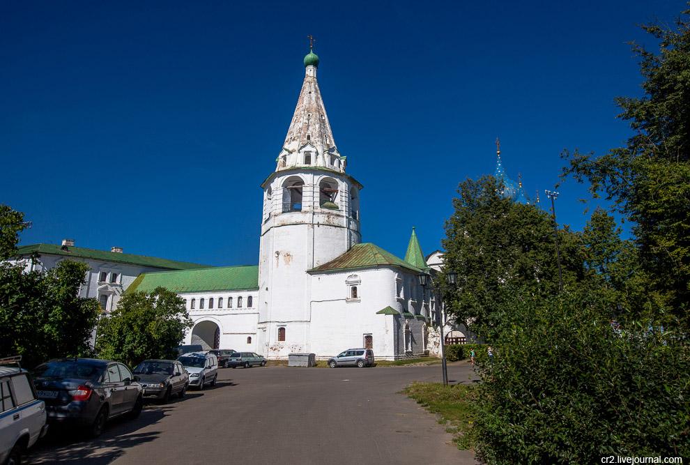 7. Огороды каких-то сотнях метров от Кремля и главного собора. Вот так собираешь урожай, а в