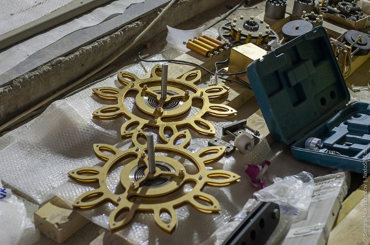 2. Часики не простые, а самые большие механические часы в мире! И собирают их в Центральном детском
