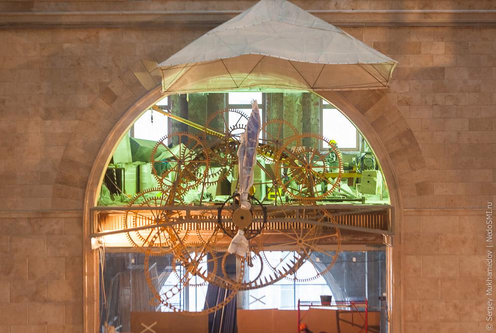 5. Уникальный часовой механизм весит 4.5 тонны и состоит из 5 000 деталей, изготовленных из с