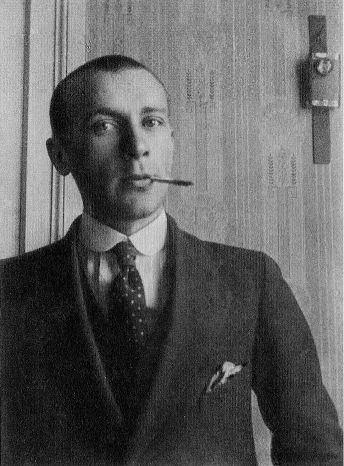 Максим Горький тычет метлой в оперного певца Федора Шаляпина.