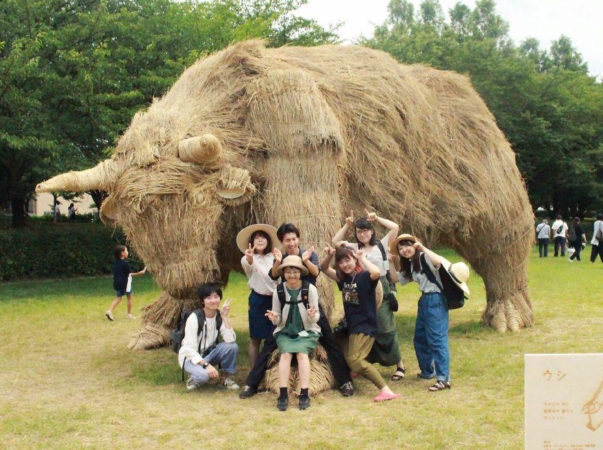Соломенные скульптуры на фестивале Wara Art Festival в Японии