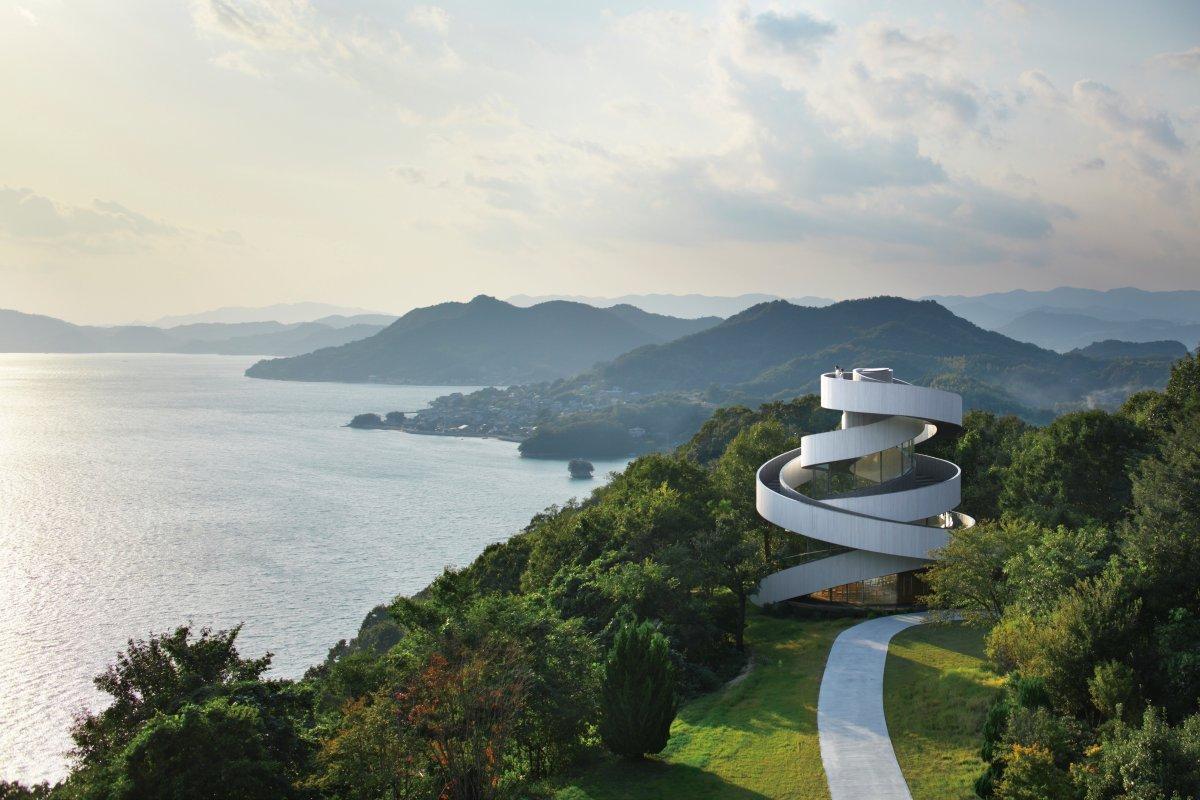В японском городе Ономити влюбленные часто проводят свадьбу в Ribbon Chapel («Часовня-лента»).