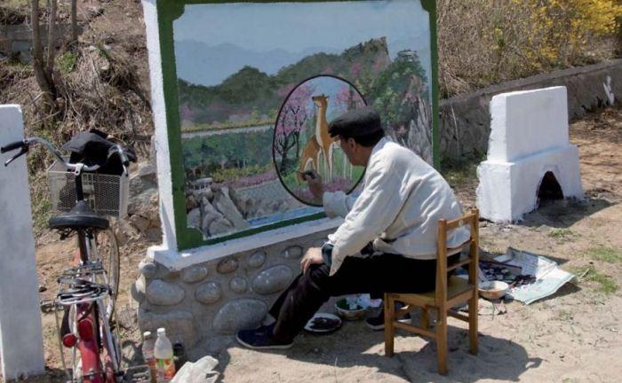 Расписывать стены в Северной Корее могут только те художники, которые специально для этого утвержден