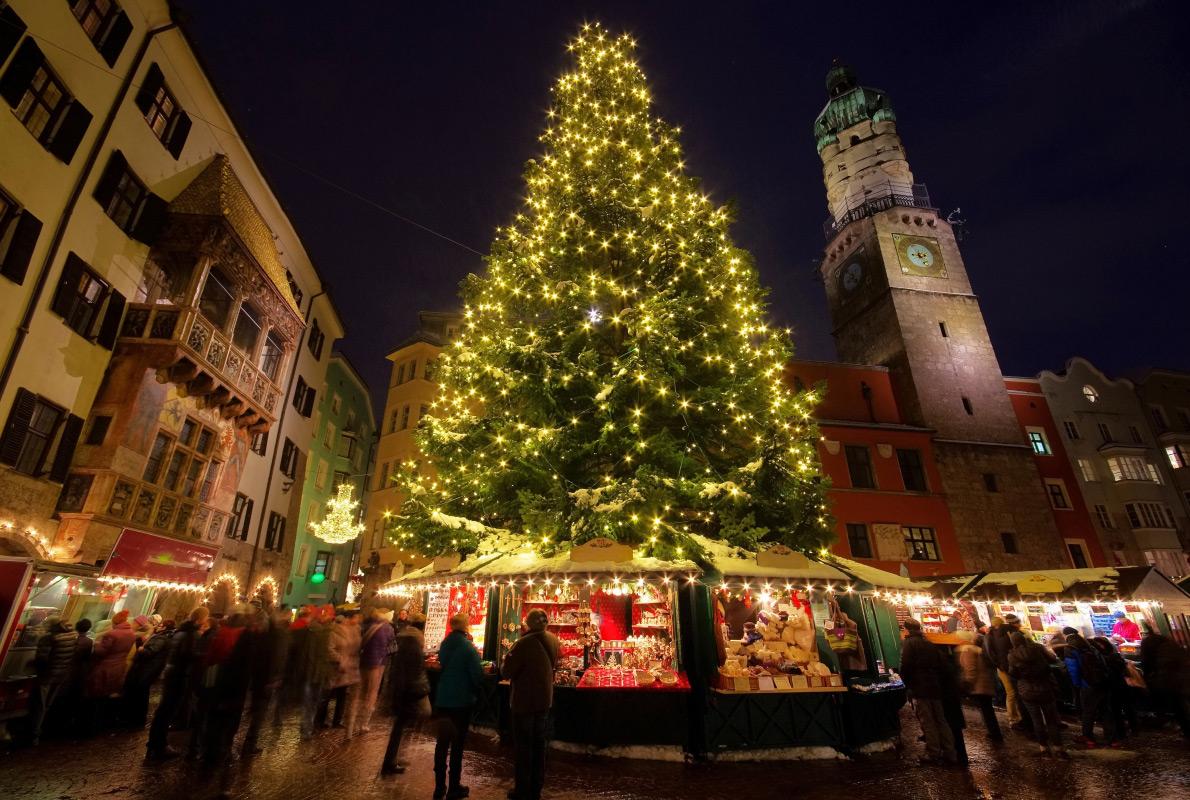 Ель на главной площади города Маркплац, а рядом с ней — рынок с подарками, глинтвейном и праздничным