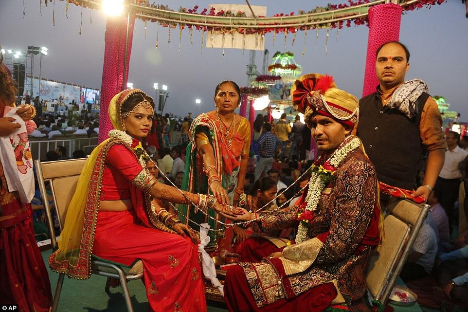 Невеста с женихом совершают свадебный ритуал.