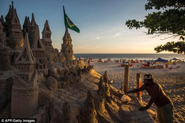 Король пляжа: бразилец 22 года живет в песчаном замке (6 фото)