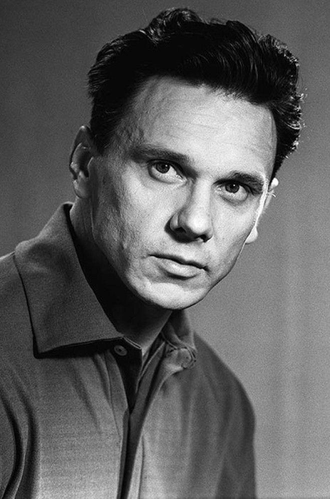 Весной 1994 года нетрезвый актер застрелил из охотничьего ружья дворника, который помогал ему похоро