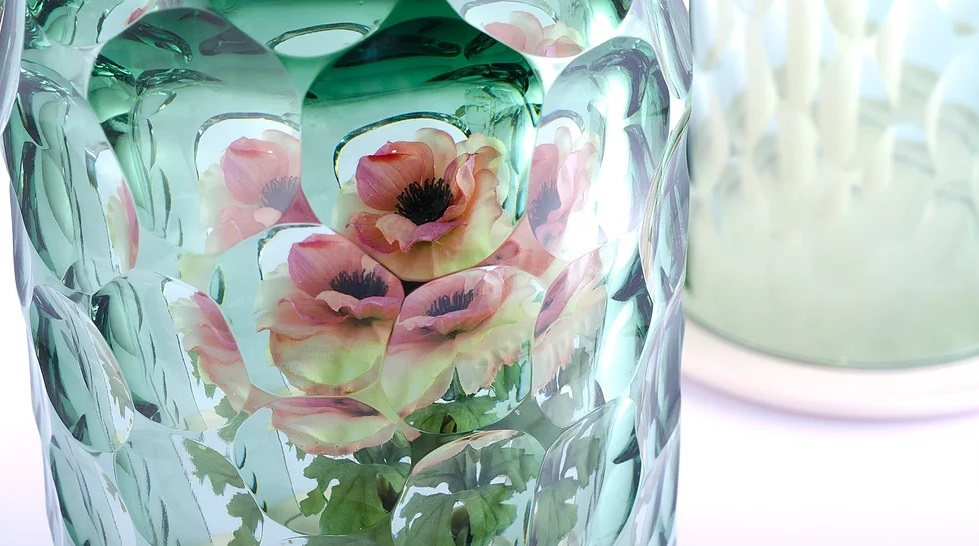 This Kaleidoscopic Vase Creates a Bouquet from a Single Flower