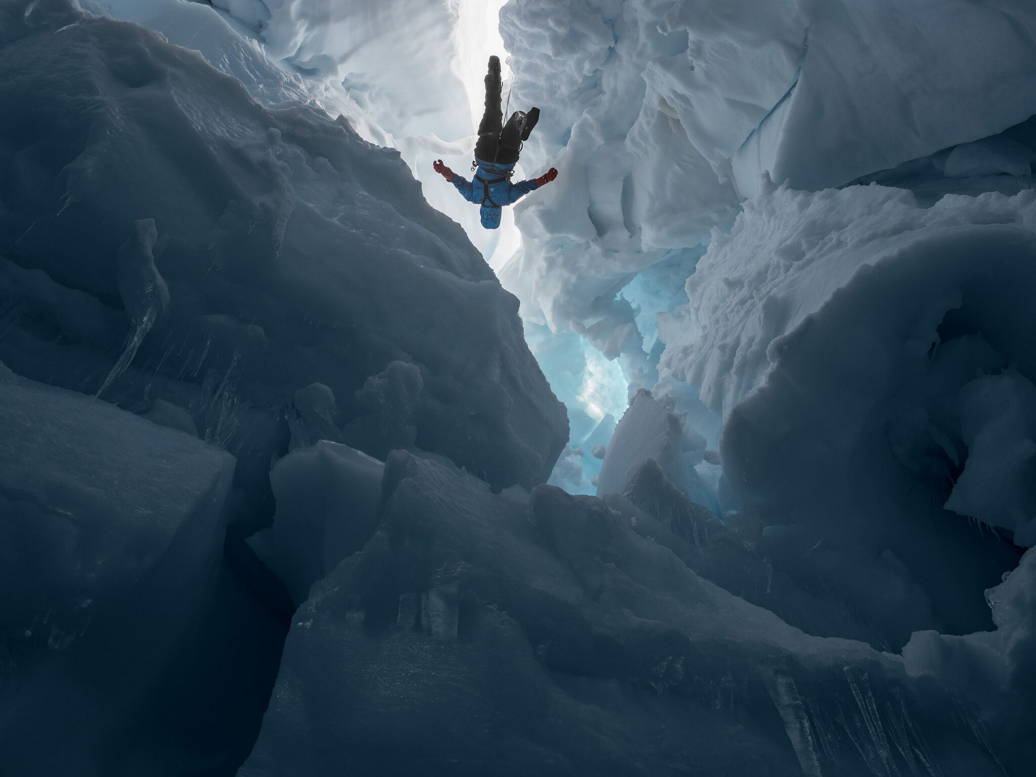 - Kenzie inside a Melting Glacier, Juneau Icefield Research Program, Alaska © Lucas Foglia. Courtes