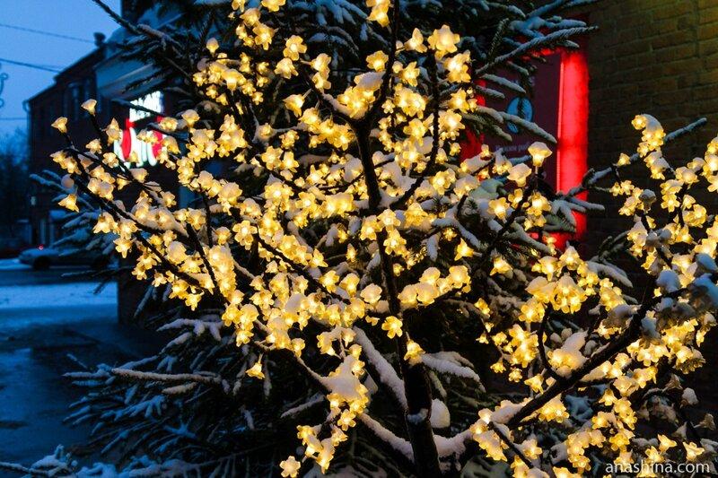 Деревце с декоративными фонариками