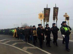 Чудят сотрудники ГИБДД в Краснодаре, устроившие крестный ход по опасному участку трассы. Может, Владивостоку это тоже поможет?