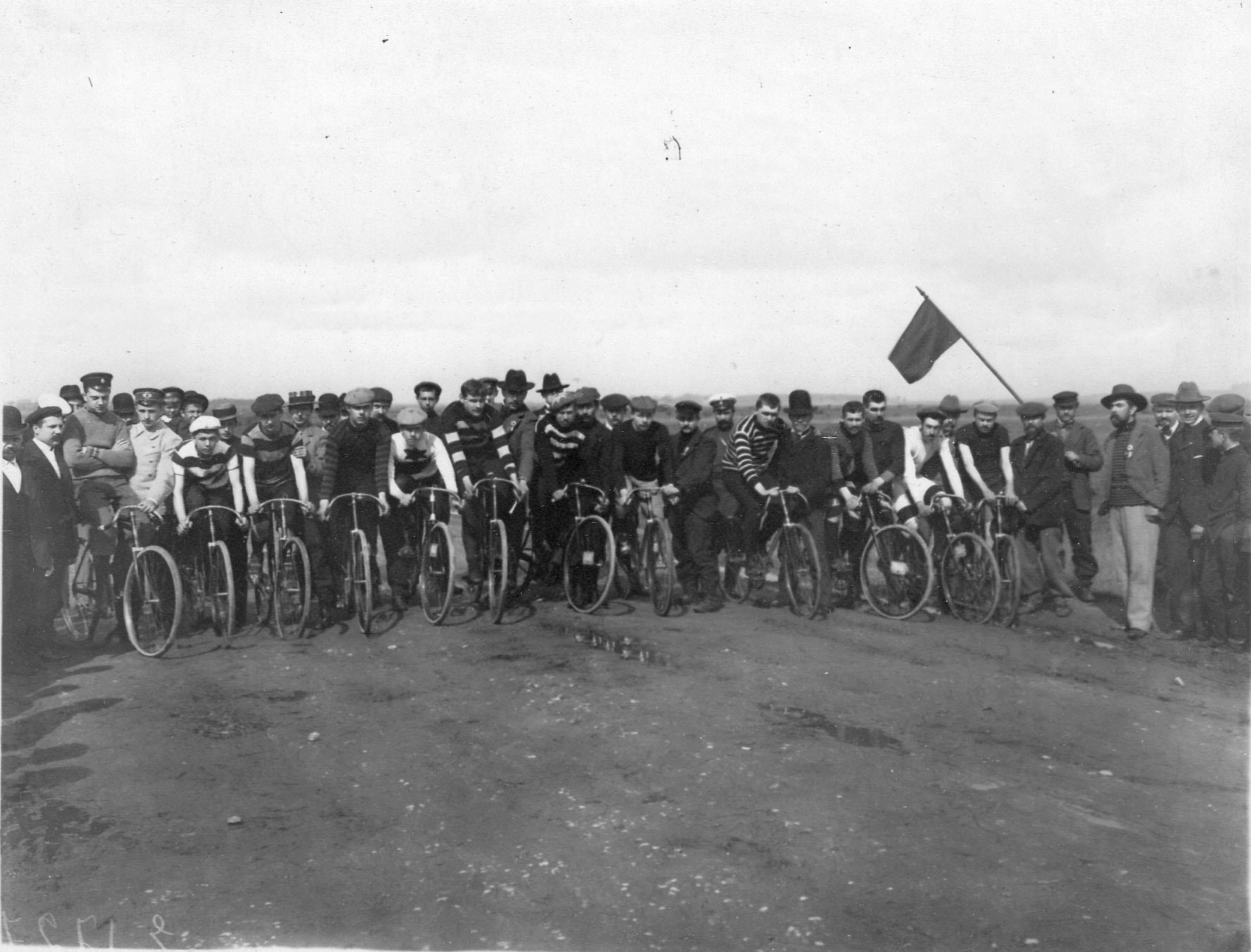 Группа участников велогонок на Московском шоссе на старте.