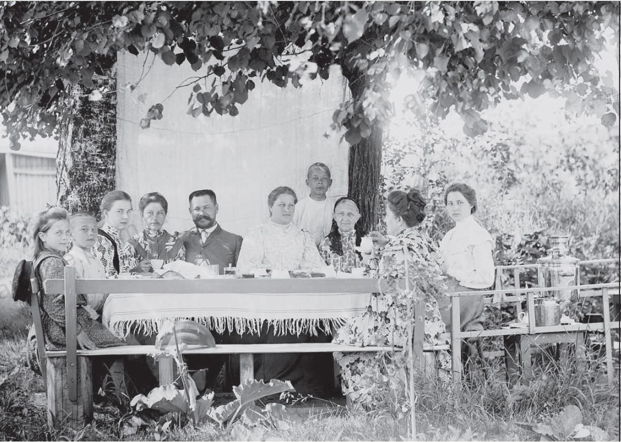 А.И.Кузнецов, управляющий Добрянским заводом, в кругу семьи