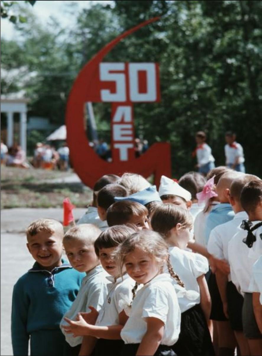 В пионерском лагере. Дети