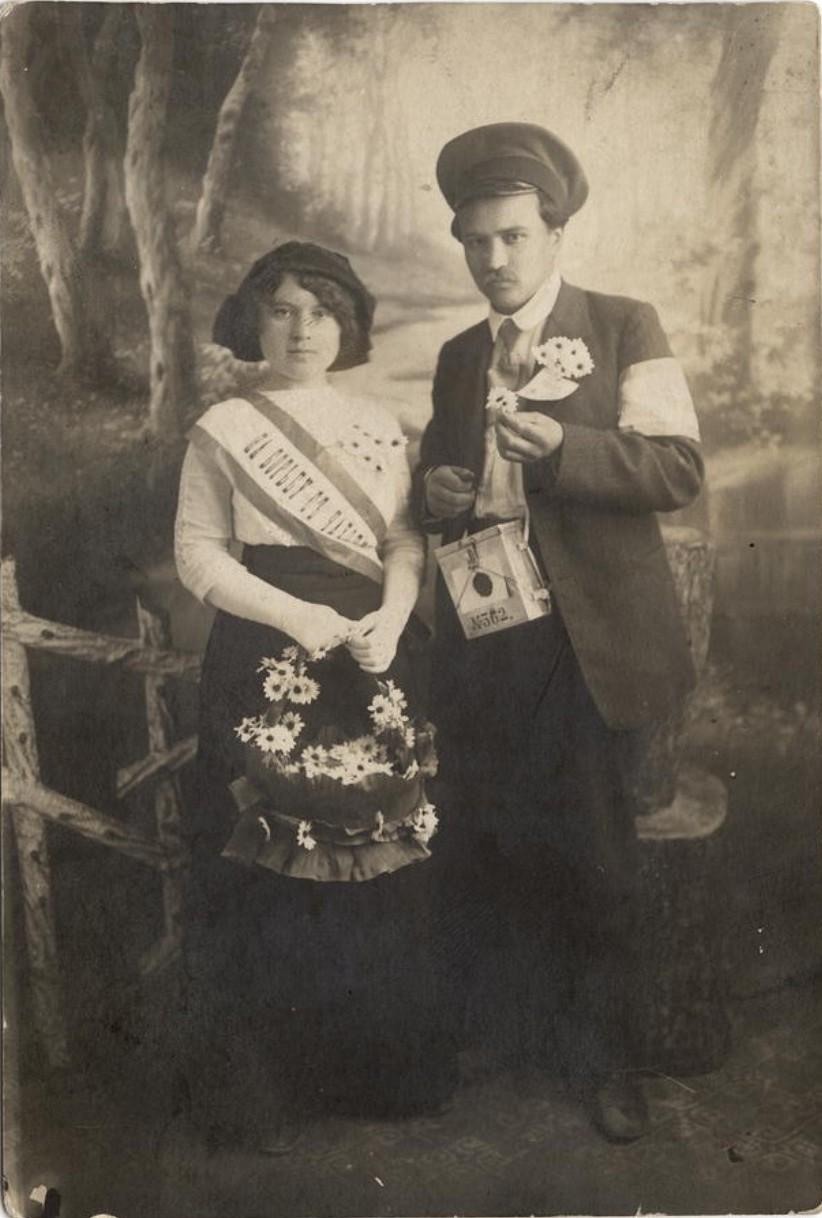 Молодая супружеская пара, участники акции На борьбу с чахоткой. 1913