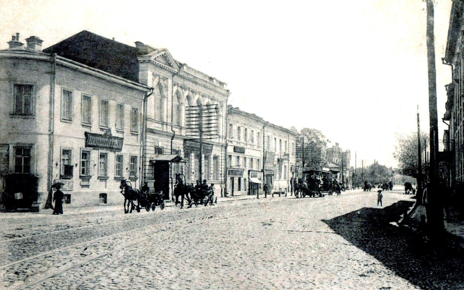 У перекрёстка Старомосковской и Дворянской улиц